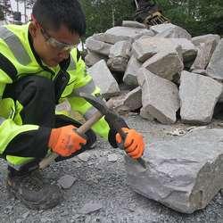 Steinen blir nøye tilpassa. (Foto: Kjetil Vasby Bruarøy)