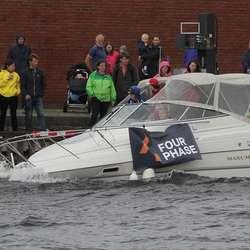 Også store båtar sleit i bølgjene. (Foto: KVB)