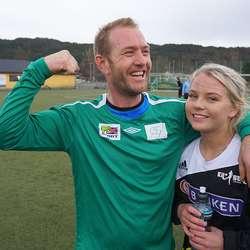 Tore Sælen jublar etter viktig siger over dottera Kine sitt lag. (Foto: KVB)