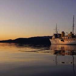 Kongeskipet KS «Norge» med solnedgang over Os i bakgrunnen. (Foto: Kjetil Vasby Bruarøy)