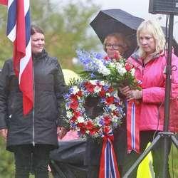 Arleen Grimsland Irons la ned krans på vegne av dei pårørande.  (Foto: KOG)