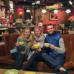 Med seg hadde ho venane Therese og Aleksander, her i Friends-sofaen. (Privat foto)