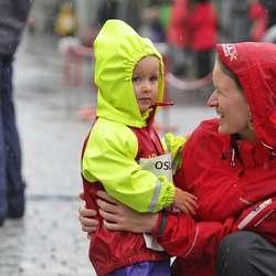 Mamma gratulerer unge Tiril med løpet. (Foto: KVB)