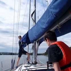 Sindre og Marius er klar for heising av seil (privat foto)