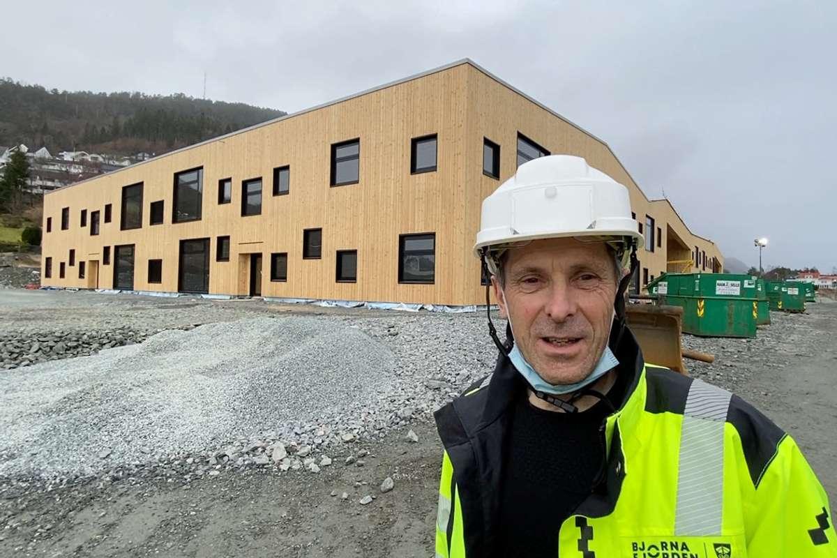 Prosjektleiar, Ole Håkon Sælen tar oss med på innsida av Borgafjellet skule. (Foto: Skjermskot)