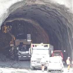 3,5 km inne i tunnelen skal dei møta dei som driv frå Hamre. (Foto: KVB)