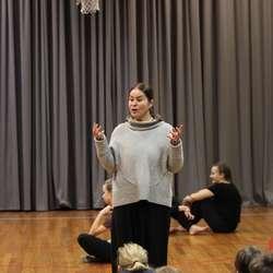 Lærar Patricia Langeland takka for at dei fekk koma og gav Kongshaug-elevane ein liten intoduksjon (foto: AH)