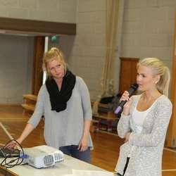 Oda Wågsæther Egenæs (t.h.) og Aleksandra Hjelle fortalte. (Foto: KVB)