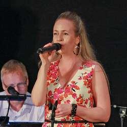 Kristine Bjånes syng flott like lett som vi andre tek på oss skoa. (Foto: KOG)
