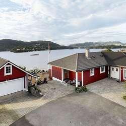 Frå eigedomen er det utsikt mot Sørstrøno. (Foto: Tom Erik Fredriksen, for Kaland & Partners)