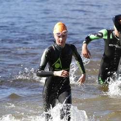 Katinka var blant dei første jentene opp av vatnet. (Foto: KVB)