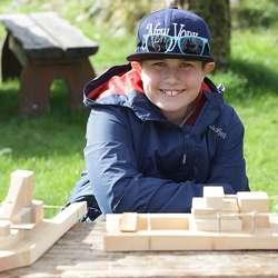 Benjamin (10) bygde rekker på båten sin. (Foto: Kjetil Vasby Bruarøy)