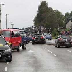 Litt trafikk-kaos når følgjebilane valde feil side av trafikkøya (foto: AH)
