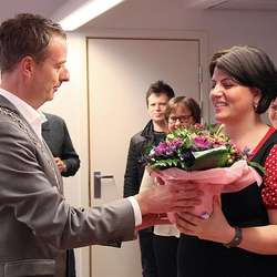 Ordføraren overrakte blomar på vegne av Os kommune. (Foto: KML)