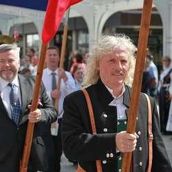 Flaggberarar: Terje Sperrevik og Frode Wold. (Foto: Christina F. Bruarøy)