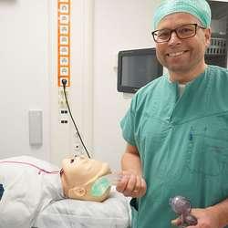 Bjarte Storum er klar med anestesien. (Foto: KVB)