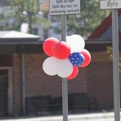 Lilleballong hadde pynta Os sentrum. (Foto: KVB)