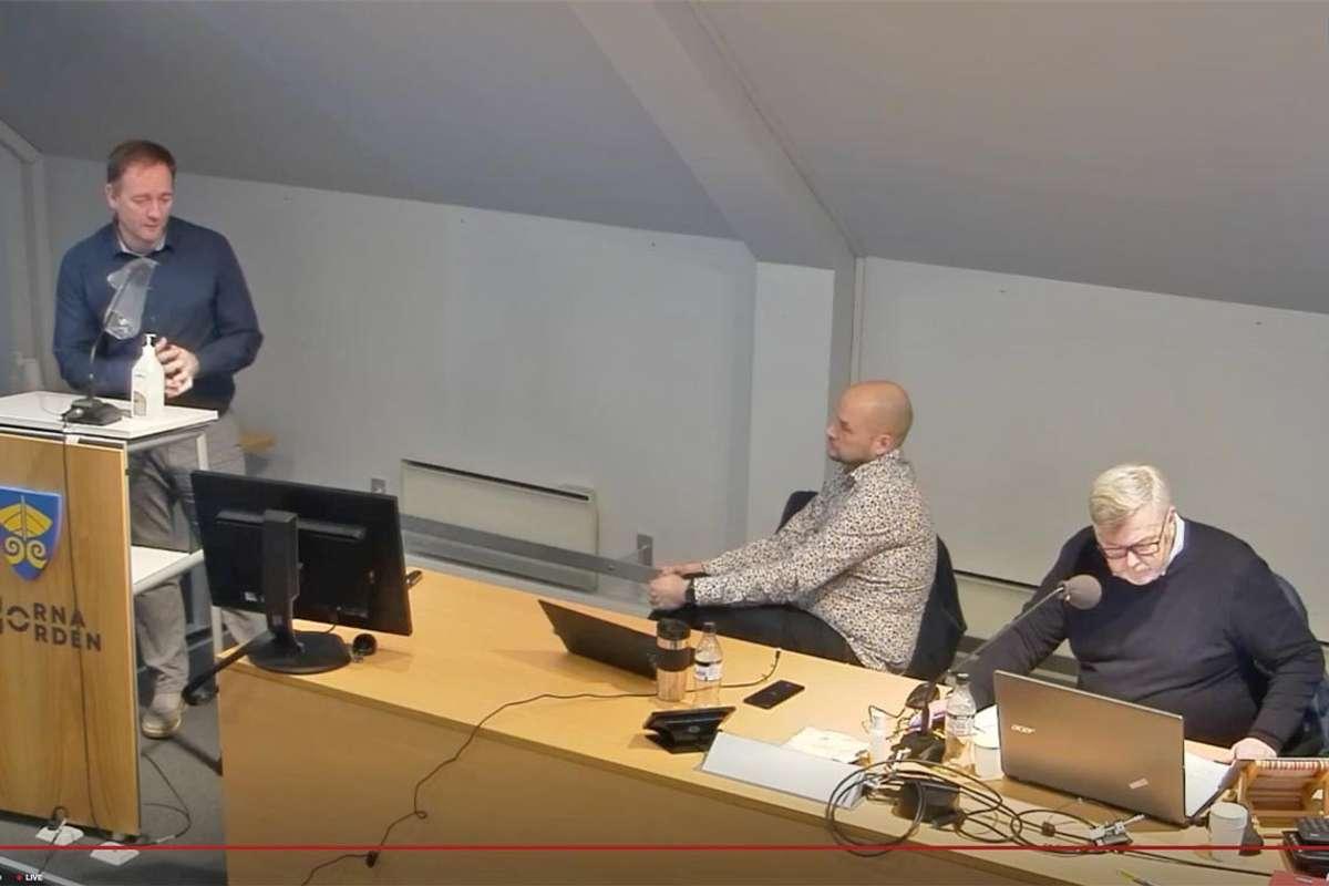 Dagens møte er ikkje på smittevernvenleg video, men med smittevernvenleg avstand i kommunestyresalen. (Skjermskot: Kommune-TV)