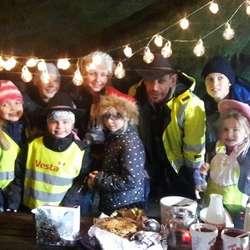 Lothepus med ungane som samla inn pengar til SOS Barnebyer.