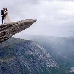 Lise og Njål-Stian har plan om å laga bryllaupsfest heime i Os seinare i haust. (Foto: Tor Martin Trongmo/Katrine Bakervik Gjerde)