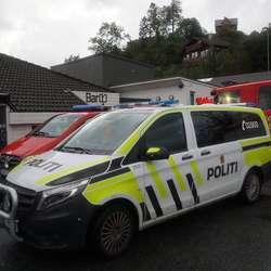 Politi og brannvesen er på staden. (Foto: KVB)