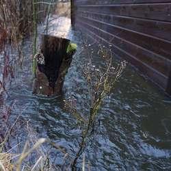 Vatnet renn sakte forbi bygget. (Foto: KVB)