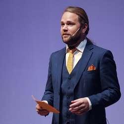 Konferansier Eirik Strønen Søfteland. (Foto: KVB)
