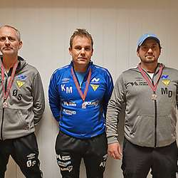 Tre av fire trenarar. (F.v) Ørjan Sandal, Kenneth Moland og Morten Døsen. Jan Frode Skeie var ikkje tilstades når bildet vart teke.  (Foto: KOG)