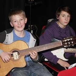 Klar med gitaren. (Foto: Kjetil Vasby Bruarøy)