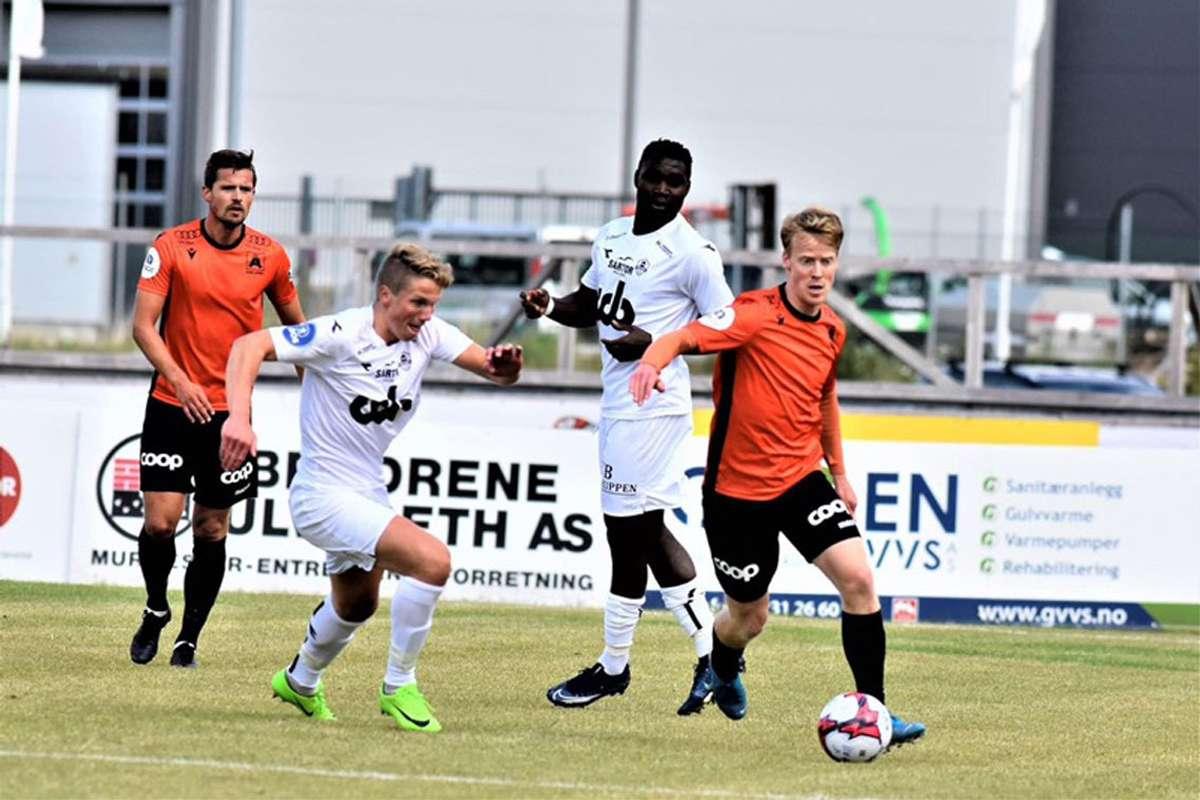 Simen Lassen i godt driv mot Øygarden FK. (Foto: Åsane Fotball)