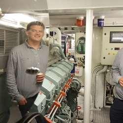 Emil T. Brimsholm, ein av skipperane, viste oss det blankpolerte maskinrommet. (Foto: KVB)
