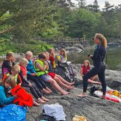 Avdelingsleiar Kjørsvik stilte i våtdrakt og lærde alle elevane om livredning.