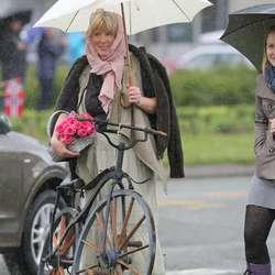 Bente Borghild Hauge stilte med ein gamal sykkel. (Foto: Andris Hamre)