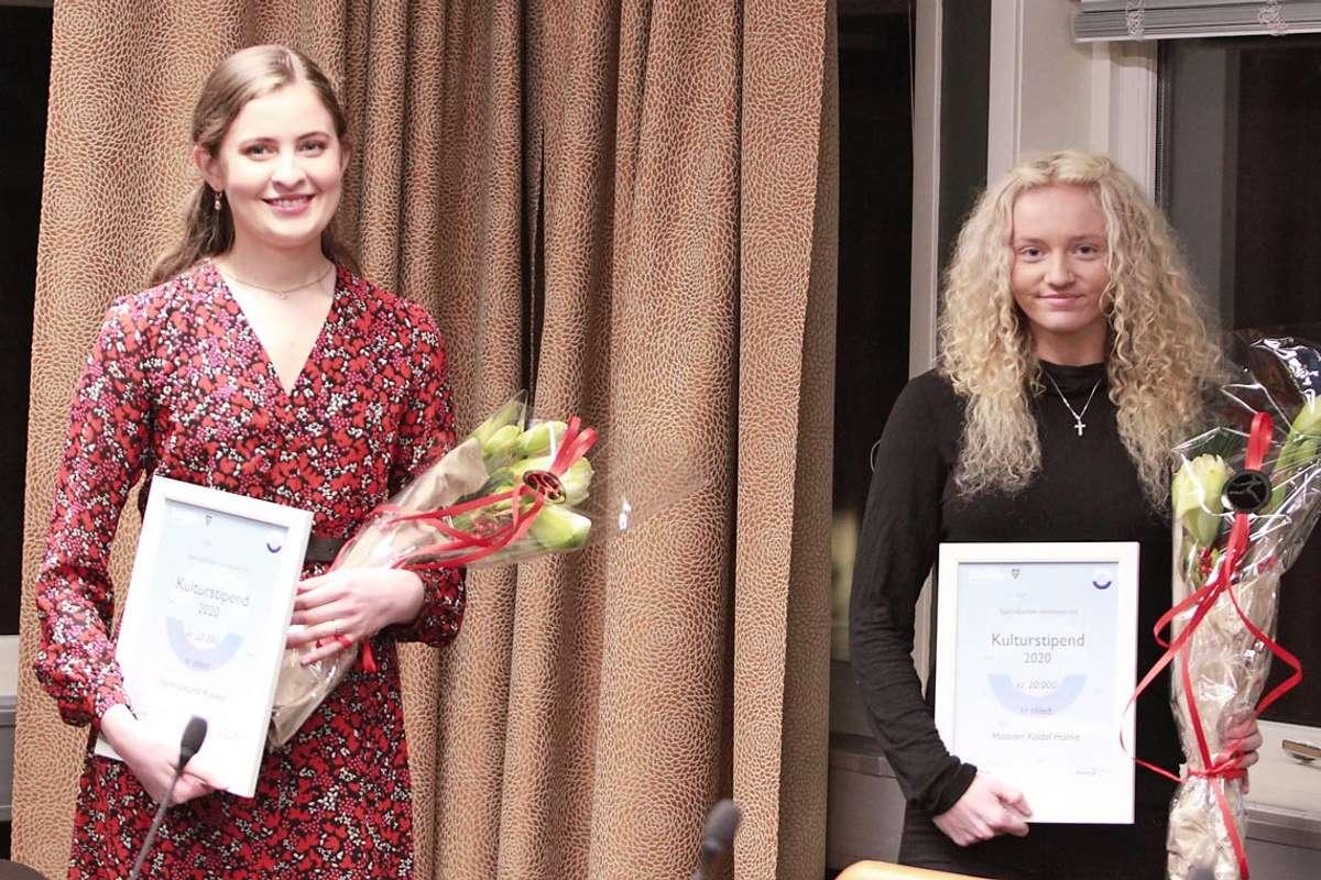 Ingrid Rosvold (t.v.) og Madelen Koldal Holme fekk Bjørnafjorden kommune sitt kulturstipend for 2020. (Foto: Kjetil Vasby Bruarøy)