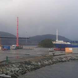 Mini Star la frå kai før bølgedemparen kom i sjøen. (Foto: MS Brutus)