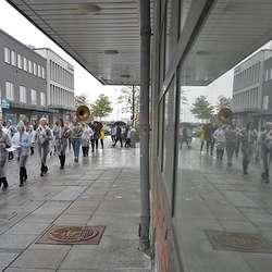 Os skulekorps marsjerte frå rådhuset til Minneparken. (Foto: KOG)