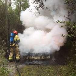Bilen som brann på Søvikneset sto på ein sideveg (foto: Os brannvesen)