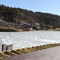 På utsida kjem ein fin terrasse ut mot vatnet. (Foto: KVB)