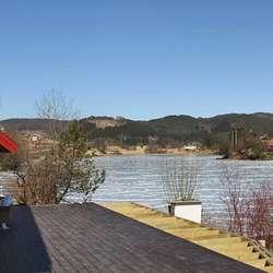 Med hyttene og kanoutleige i bakgrunnen. (Foto: KVB)