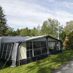 Både telt, bubilar og campingvogn er på plass på Kuven. (Foto: Kjetil Vasby Bruarøy)