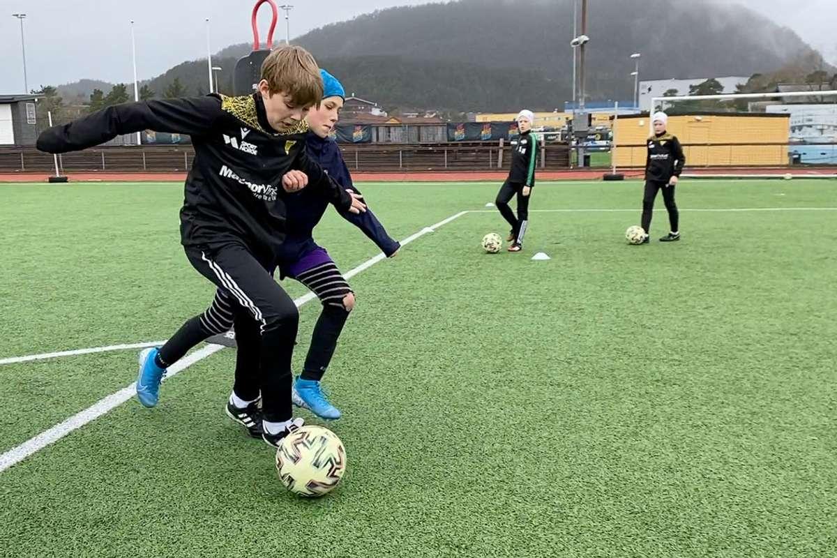 Fotballskule på Kuventræ. (Foto: Ørjan Håland)