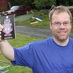 Ronny Sivertsen er frivillig distributør og kjører reklame i Fana. (Foto: KVB)