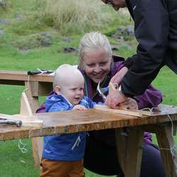 Ole (1) fekk litt hjelp av mamma og pappa til å bygga båt. (Foto: KVB)