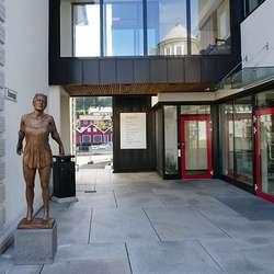Mæland har fått stilla skulpturen ut i Brugata. (Foto: KVB)
