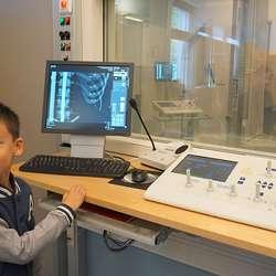 Ungane fekk styra spaken og ta røntgenbilde. (Foto: KVB)