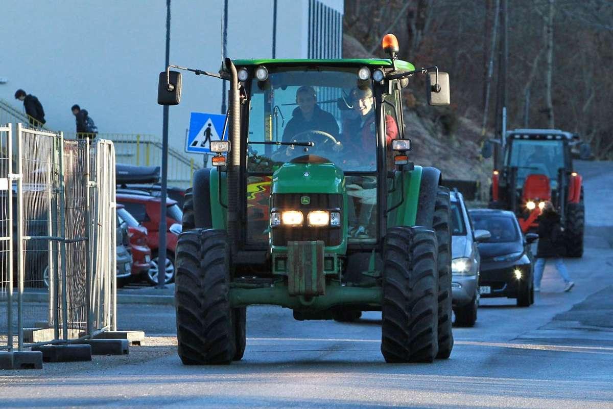 – Målet var å parkera med lærarane, men plassen var dessverre full, seier dei ferske sjåførane. (Foto: Kjetil Vasby Bruarøy)
