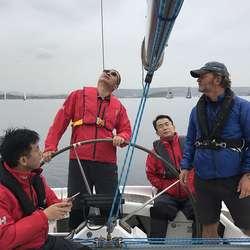 Gjestane frå Kina hadde ikkje vore i seglbåt før, men klarte seg meir enn godt nok.