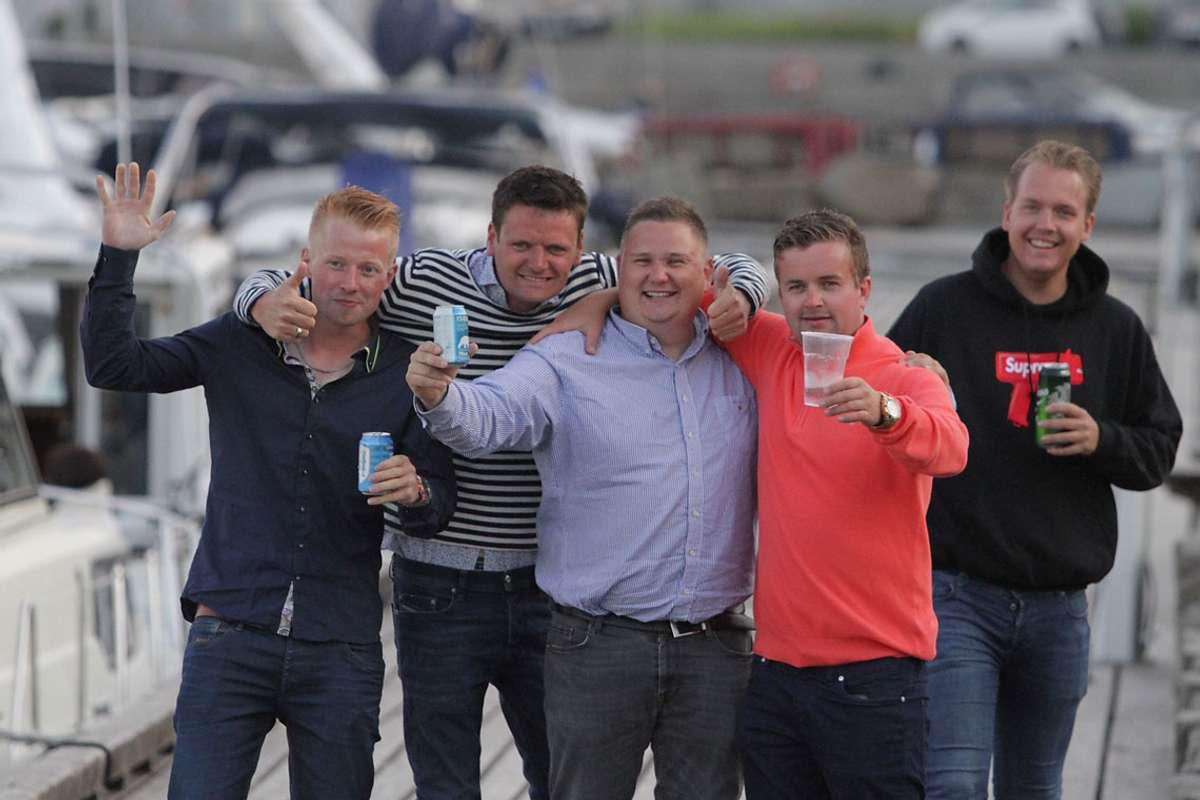 Håkon, Christian, Marius, Torstein og Ole var blant gjestane som kom i fire båtar frå Austevoll til Os i går. (Foto: Kjetil VAsby Bruarøy)