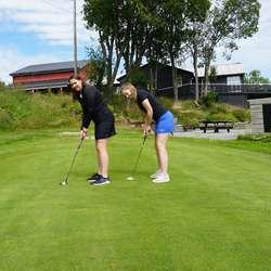 Wiberg og Landøy kviler ikkje på laurbæra. Onsdag møttes dei på Bjørnefjorden golfbane for ei treningsøkt (foto: Andris Hamre)