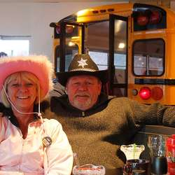 Linda Andersen i armkroken til skulebussjåføren Truls Marceliussen som sytte for at bussen kom på plass på Er-An. (Foto: Cathrin Valestrand)